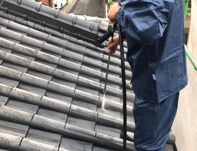 【鹿児島県姶良市】平屋の瓦屋根の住宅で外壁・屋根・付帯部塗装をした工事洗浄1