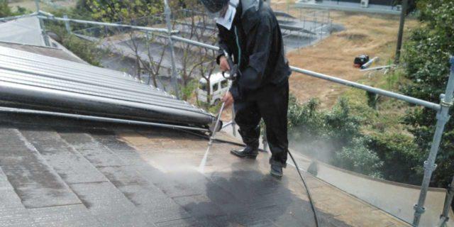 【宮崎県宮崎市】佐土原町にある赤いコロニアル屋根の住宅で外壁・屋根・付帯部塗装をした工事洗浄