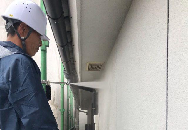 【鹿児島県姶良市】平屋の瓦屋根の住宅で外壁・屋根・付帯部塗装をした工事洗浄2
