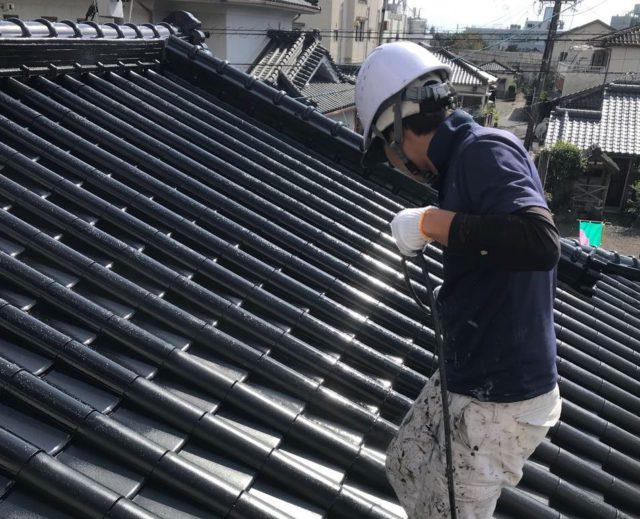 【鹿児島県姶良市】平屋の瓦屋根の住宅で外壁・屋根・付帯部塗装をした工事屋根上