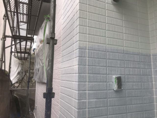 【宮崎県宮崎市】平和が丘東町にある45坪の住宅の外壁をラジカル塗装するために足場を設置しています外壁中塗り_1_確定