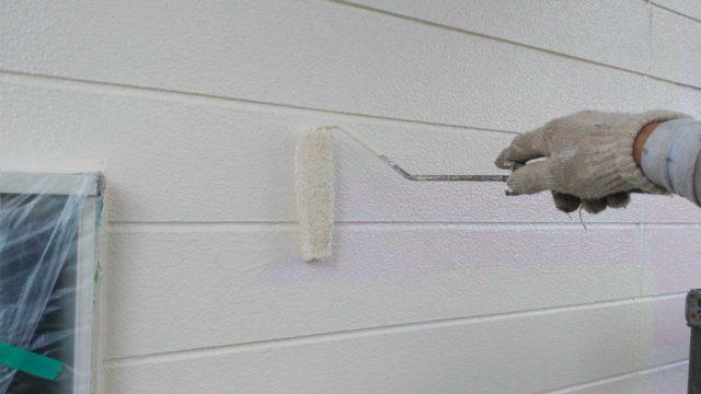 【宮崎・鹿児島地域】瓦屋根とサイディング外壁の住宅を塗装するために足場を設置します外壁中塗り_1_確定
