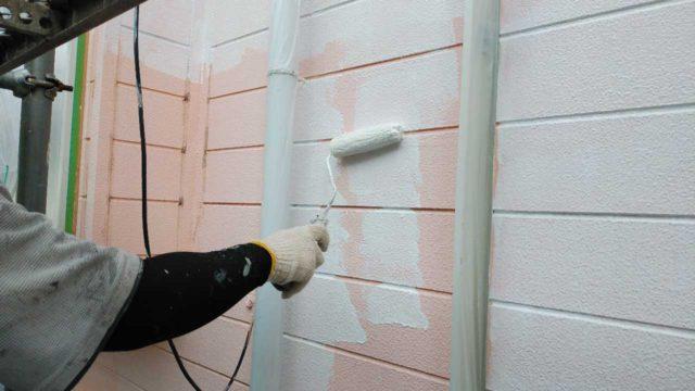 【宮崎・鹿児島地域】瓦屋根とサイディング外壁の住宅を塗装するために足場を設置します外壁下塗り_1_予備1