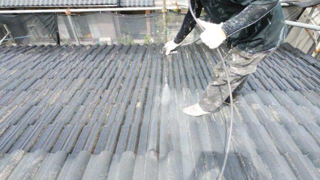 【宮崎・鹿児島地域】瓦屋根とサイディング外壁の住宅を塗装するために足場を設置します屋根下塗り_1_確定