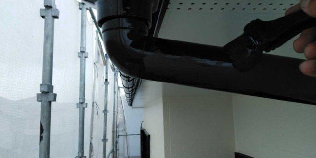 【宮崎県宮崎市】本郷北方にある34坪の住宅で窯業系サイディングを塗装するために足場を設置します雨樋上塗り_1_確定