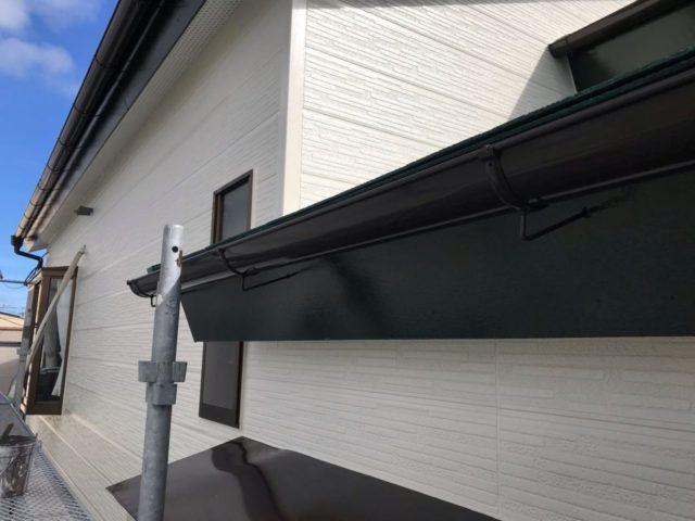【宮崎県宮崎市】花ヶ島町立野にある45坪の住宅で外壁塗装のための足場を設置します雨樋上塗り_1_確定