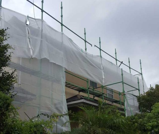 【宮崎県宮崎市】生目台西にある住宅で123平方メートルの外壁を塗装するために足場を設置します水養生_1_確定