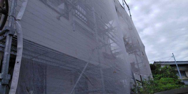【宮崎県宮崎市】吉村町別府原甲にある粘土瓦屋根の住宅で足場を設置していきます水養生_1_確定