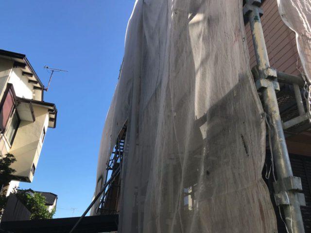 【宮崎県宮崎市】平和が丘東町にある45坪の住宅の外壁をラジカル塗装するために足場を設置しています水養生_1_確定
