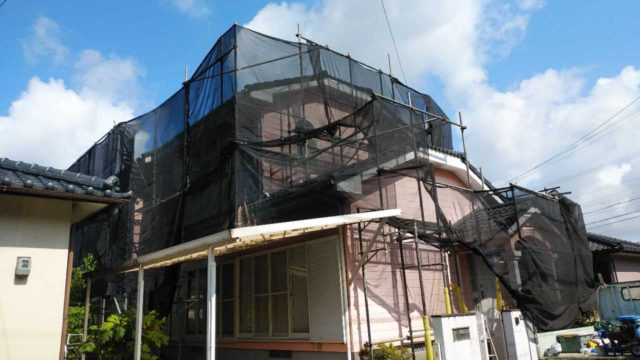 【宮崎・鹿児島地域】瓦屋根とサイディング外壁の住宅を塗装するために足場を設置します水養生_1_確定
