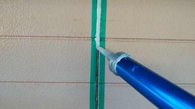【宮崎・鹿児島地域】瓦屋根とサイディング外壁の住宅を塗装するために足場を設置しますシール充填_1_確定