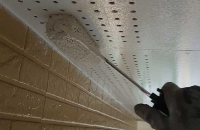 【宮崎県宮崎市】生目台西にある住宅で123平方メートルの外壁を塗装するために足場を設置します軒天上塗り_1_予備2