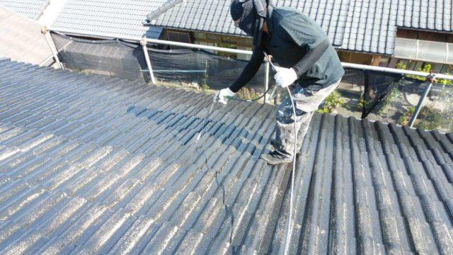 【宮崎・鹿児島地域】瓦屋根とサイディング外壁の住宅を塗装するために足場を設置します屋根中塗り_1_確定