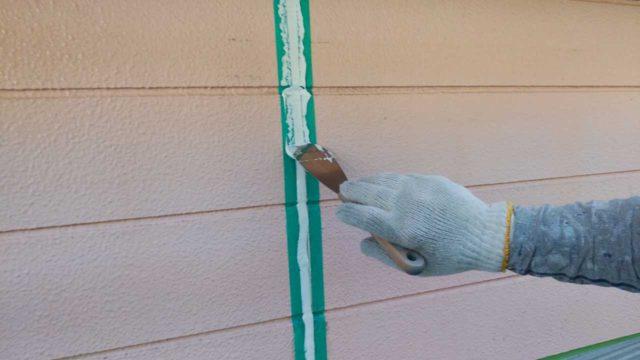【宮崎・鹿児島地域】瓦屋根とサイディング外壁の住宅を塗装するために足場を設置します押さえ込み_1_確定