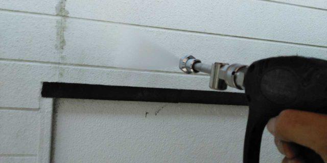 【宮崎県宮崎市】吉村町別府原甲にある粘土瓦屋根の住宅で足場を設置していきます高圧洗浄洗い流し_1_確定