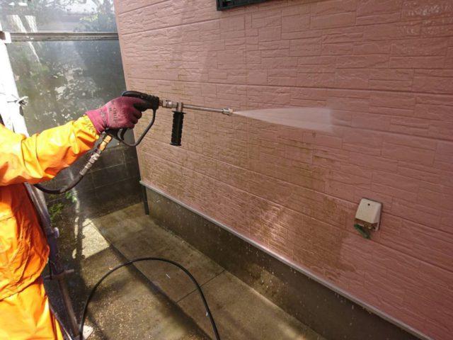 【宮崎県宮崎市】平和が丘東町にある45坪の住宅の外壁をラジカル塗装するために足場を設置しています高圧洗浄洗い流し_1_確定