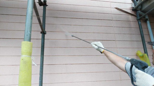 【宮崎・鹿児島地域】瓦屋根とサイディング外壁の住宅を塗装するために足場を設置します高圧洗浄洗い流し_1_確定