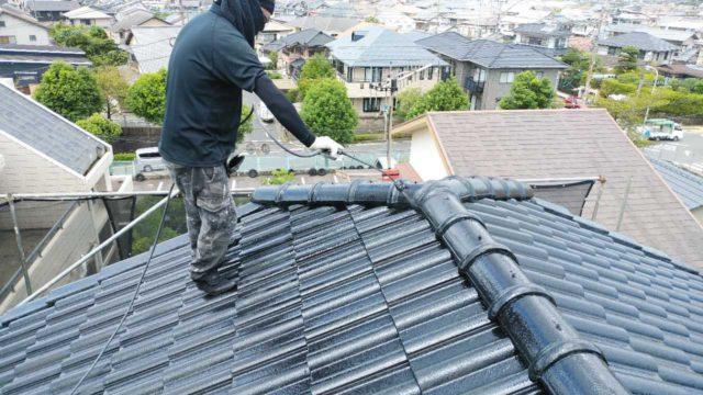 【宮崎・鹿児島地域】瓦屋根とサイディング外壁の住宅を塗装するために足場を設置します屋根上塗り_1_予備1