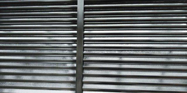 【宮崎県宮崎市】本郷北方にある34坪の住宅で窯業系サイディングを塗装するために足場を設置します雨戸上塗り_1_確定