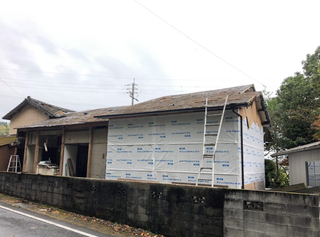 屋根材撤去中の様子