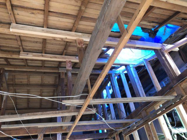 屋根撤去後屋根裏の様子