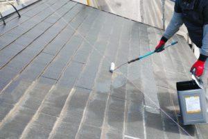 屋根の下塗り塗装工事の様子
