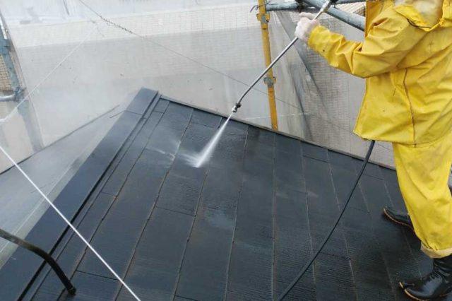屋根の高圧洗浄の様子