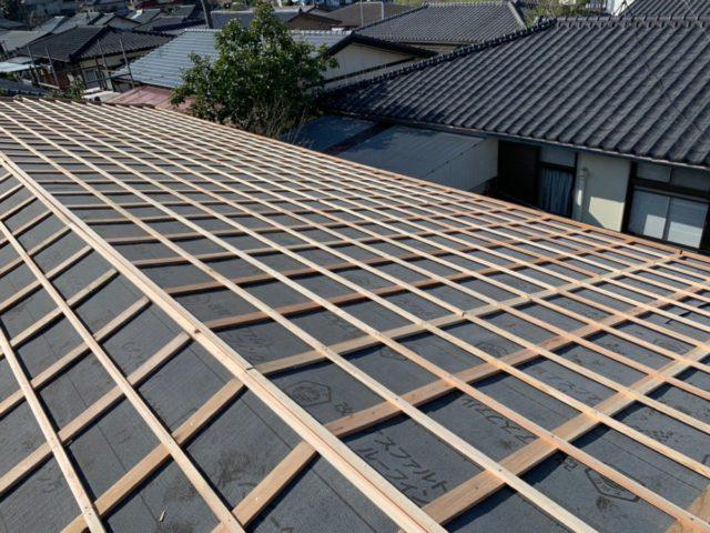 屋根の葺き替え工事の様子