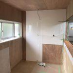 キッチンパネル施工中の様子